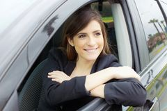 Leuke gelukkige bedrijfsvrouw die binnen auto glimlachen royalty-vrije stock foto's