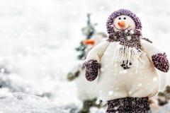 Leuke Gelukkige Glimlachende Sneeuwman, de Vrolijke Kaart van de Kerstmisgroet Stock Afbeelding