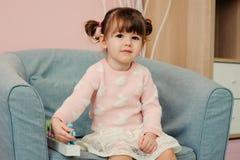 Leuke gelukkige 2 jaar het oude babymeisje spelen met houten speelgoed thuis Royalty-vrije Stock Foto