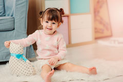 Leuke gelukkige 2 jaar het oude babymeisje spelen met speelgoed thuis Royalty-vrije Stock Foto's