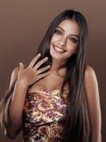 Leuke gelukkige jonge Indische vrouw in studio dichte omhooggaand Stock Fotografie