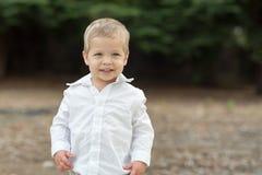 Leuke Gelukkige Peuter in Wit Overhemd Royalty-vrije Stock Fotografie