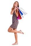 Leuke gelukkige vrouw die haar het winkelen zakken houdt Stock Afbeelding