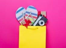 Leuke giften, camera en koele sandals in het winkelen zak en koele overlapping Royalty-vrije Stock Fotografie