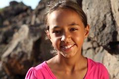 Leuke glimlach van jong gemengd rasmeisje in openlucht stock foto's