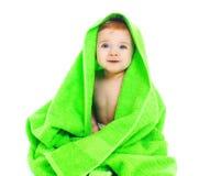 Leuke glimlachende baby onder de heldergroene handdoek Royalty-vrije Stock Foto