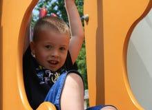 Leuke, Glimlachende Jonge Jongen op de Apparatuur van de Speelplaats Royalty-vrije Stock Foto's