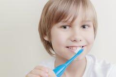 Leuke glimlachende jongen die zijn tanden met tandenborstel borstelen royalty-vrije stock fotografie