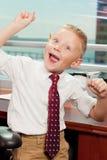 Leuke goofy jongen in bureau Stock Afbeelding