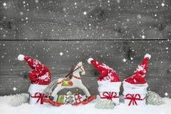 Leuke grijze sjofele elegante Kerstmisachtergrond in rood en wit stock fotografie