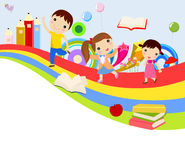 Leuke groep kinderen en regenboog Stock Foto