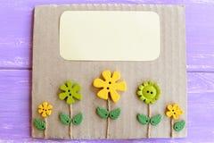 Leuke groetkaart met plastic bloemen en bladeren Kaart met decoratieve knopen en lege plaats voor tekst Royalty-vrije Stock Fotografie