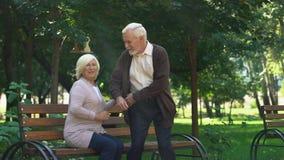 Leuke grootouders die hun kleinkinderen bewonderen die in park, familieweekend lopen stock footage