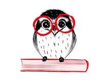 Leuke hand getrokken uil met rode glaszitting op boek Royalty-vrije Stock Afbeelding