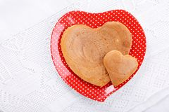 Leuke hart-vormige pannekoeken op rode plaat op witte lijst Hoogste mening royalty-vrije stock foto's