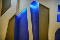 Leuke Houten vensters en deur met gloed op blauwe achtergrond royalty-vrije stock afbeelding