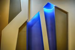 Leuke Houten vensters en deur met gloed op blauwe achtergrond royalty-vrije stock foto's