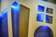 Leuke Houten vensters en deur met gloed op blauwe achtergrond stock afbeeldingen