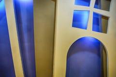 Leuke Houten vensters en deur met gloed op blauwe achtergrond royalty-vrije stock afbeeldingen