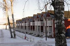 Leuke huizen in de stad dichtbij de rivier tijdens zonnige de winterdag Royalty-vrije Stock Fotografie