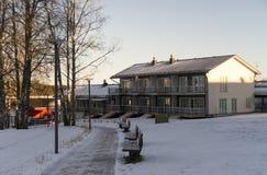 Leuke huizen in de stad dichtbij de rivier tijdens zonnige de winterdag Royalty-vrije Stock Afbeeldingen