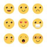 Leuke inzameling van gele vlakke ontwerpglimlachen die op witte achtergrond worden geïsoleerd Royalty-vrije Stock Afbeelding