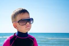 Leuke jong geitjejongen, overzees strand royalty-vrije stock afbeelding