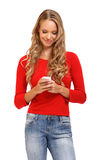 Leuke jonge blonde vrouw die een SMS op mobiel leest Stock Foto
