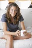 Leuke jonge dame met een kop van koffie stock afbeeldingen