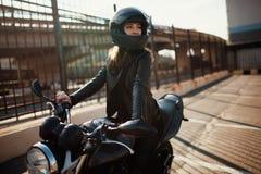 Leuke jonge donkerbruine vrouw en motorfiets stock foto