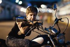 Leuke jonge donkerbruine vrouw en motorfiets op straat van Odessa stock afbeelding