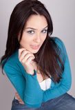 Leuke jonge donkerbruine vrouw in studio Stock Foto
