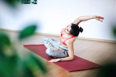 Leuke jonge en vrouw die alvorens bij een yoga uit te werken uitrekken zich opwarmen Stock Foto's