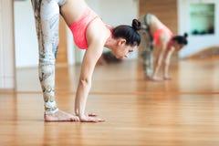 Leuke jonge en vrouw die alvorens bij een yoga uit te werken uitrekken zich opwarmen Royalty-vrije Stock Foto