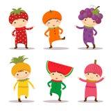 Leuke jonge geitjes in aardbei, sinaasappel, druif, pijnboomappel, watermeloen a vector illustratie