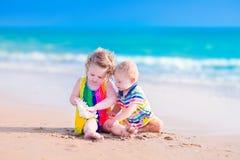 Leuke jonge geitjes die op het strand spelen Royalty-vrije Stock Foto