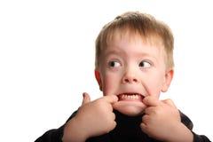 Leuke jonge jongen die grappig gezicht maakt Stock Afbeeldingen