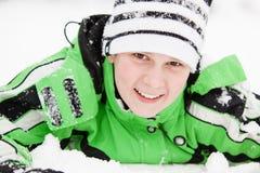 Leuke jonge jongen met een gelukkige glimlach in de wintersneeuw Royalty-vrije Stock Afbeelding