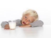 Leuke, jonge jongen met melk Royalty-vrije Stock Afbeeldingen