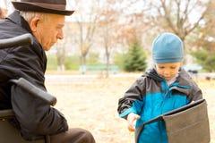 Leuke jonge jongen met zijn grootvader Royalty-vrije Stock Foto
