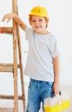 Leuke jonge jongen, voorman die zich dichtbij de ladder bevinden stock afbeelding
