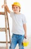Leuke jonge jongen, voorman die zich dichtbij de ladder bevinden royalty-vrije stock fotografie
