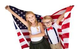 Leuke Jonge Kaukasische Jongen en Meisjesholdings Amerikaanse Vlag stock afbeeldingen