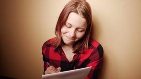 Leuke jonge meisje het schrijven agenda thuis gezet op een laag bij schemer 4K UHD stock videobeelden