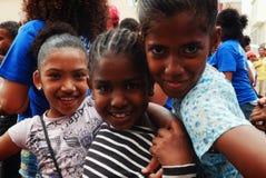 leuke jonge meisjes die van het festival over de straat genieten stock foto's
