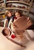 Leuke jonge meisjes in een kleistudio Royalty-vrije Stock Afbeeldingen