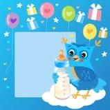 Leuke Jonge uil met Melkfles De welkom kaart van de babyjongen Vector illustratie Leuk Owl Drawings Stock Afbeelding