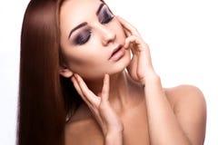 Leuke jonge volwassen vrouw met gesloten ogen en perfecte rechte hea Royalty-vrije Stock Fotografie