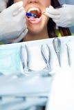 Leuke jonge vrouw bij de tandarts. Mondcontrole Royalty-vrije Stock Fotografie