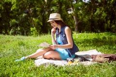 Leuke jonge vrouw die van toerisme in aard genieten royalty-vrije stock afbeeldingen
